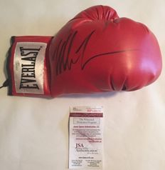 Mike Tyson Heavyweight Boxing World Champion, Everlast glove with original autograph + COA JSA (James Spence)