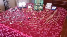 Huge collection of vintage jewellery, about 270 articles plus cases and twenty coins, 4,5 kg