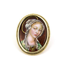Vintagepin with enamel portrait of a woman in a yellow gold frame