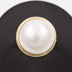 Yellow gold cocktail ring with a cultured mabé pearl calibrated to 15.35 mm. Approx. size: 15.5 (Spain)