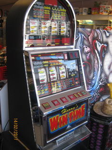 Nice slot machine Harry's Wintime, with a lot of chrome. Entirely in top condition
