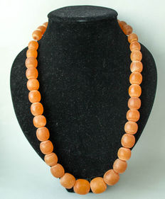 Baltic amber necklace of butterscotch, caramel colour, weight: 104 grams