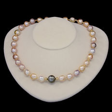 18 kt/750 yellow gold necklace with Southeast Asian baroque pearls and Tahitian pearl - Length: 46 cm.