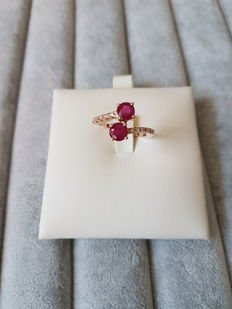 18 kt rose gold Contrarie ring in with rubies and 0.10 ct in diamonds – size 13.5