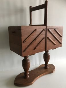 Oak foldable trapeze model sewing box - ca. 1930