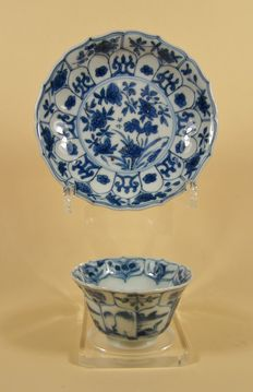 A blue and white moulded tea cup and saucer - China - 18e eeuw, Kangxi period (1662-1722)