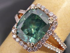 Rose, 18 kt gold, diamond ring with intense, fancy, greenish blue colour, cushion cut diamond, 3.53 ct in total - size 56.