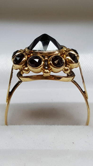 Handmade 14 kt yellow gold ring set with garnet. Size: 18.5