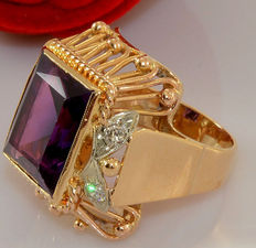 Large 18 kt gold ring with a dark amethyst and diamonds