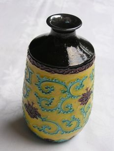 "Kutani ""tokkuri"" (sake bottle) marked ""Eiraku"" - Japan - Meiji era (1868-1912)"