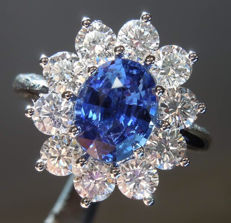 Cocktail ring, with 0.90 ct sapphire and 0.80 ct diamonds (Colour: F – Clarity: VS)