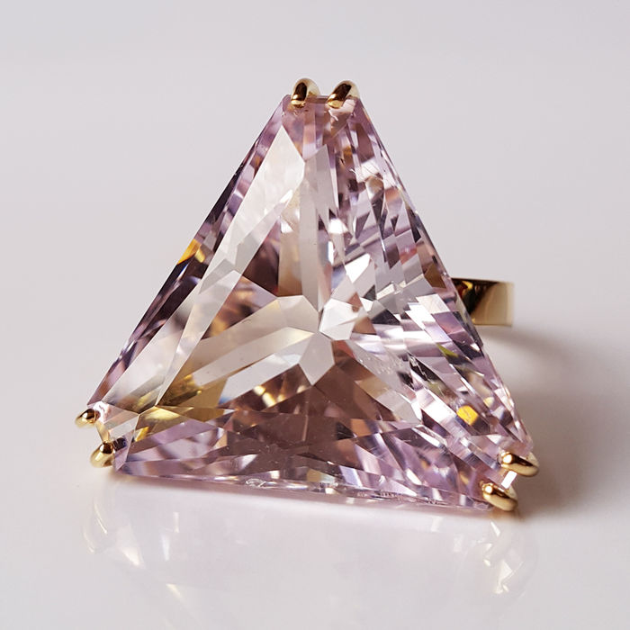 18 kt yellow gold ring with spectacular natural kunzite of 42.93 ct.