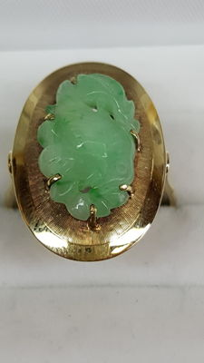 Yellow, 14 kt gold, handmade ring set with jade, carved in the shape of a bird.
