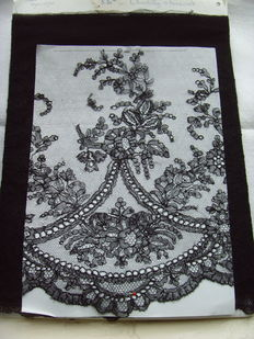 Authentic Chantilly lace - crafts - black - 5.80 m France - 1910 / 1930.