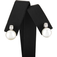 Earrings in white gold, with baguette-cut diamonds and Australian South Sea pearls.