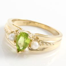 14kt Yellow Gold Ring  Set with 1.00 ct  Peridot and 2 mm dia Fresh Water Pearls Size: 7 - O ***no reserve***
