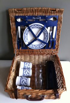 4 person picnic basket by the English brand Brookes