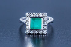 14 kt gold ring with central emerald flanked by 16 diamonds totalling approx. 0.25 ct - size 59