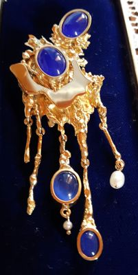Hand-crafted gold brooch with 5 pendants with blue agate cabochons and freshwater pearls