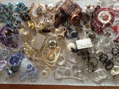 Collection vintage jewelry, pill boxes and jewelry boxes. Lot of 165 pieces.