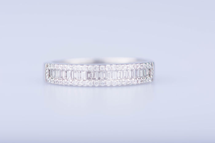 18 kt white gold ring with 23 baguette diamonds 1.15 ct, 22 diamonds 0.22 ct.