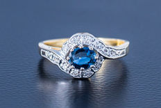 18kt yellow gold ring made with sapphire flanked by 10 diamonds of approx. 0.15 ct - size 56.5 - 16.7 mm