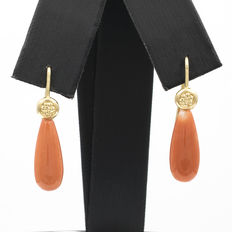 18 kt (750/1000) yellow gold – Earrings – Pacific coral – Earring height: 32.50 mm