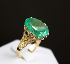 15.31 ct. emerald gold ring with white and yellow diamonds and red sapphires. IGI certified.