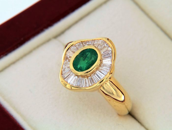 "Jeweller's ring in the shape of a ""skirt"", emerald surrounded by diamonds"
