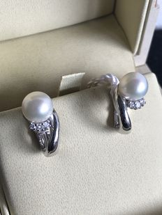 Earrings in 18 kt gold with Akoya pearls and 0.15 ct in diamonds