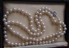 Pearl necklace with 835 silver clasp, approx. 92 cm in length.