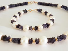 Necklace and bracelet made of iolite and fresh water cultivated pearls with a 14 kt gold clasp and 14 kt gold divider pearls