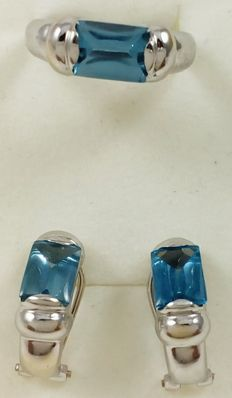 Set of matching cocktail ring and earrings in 18 kt (750/1000) white gold, set with baguette-cut blue topaz gemstones. Total weight: 8.90 g.