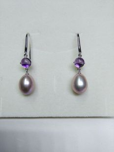 Earrings in 18 kt white gold with pearls and cabochon amethysts length: 3.9 cm