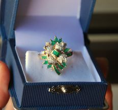 18 kt gold ring with diamonds VS/G and Emeralds VS Total 2.35 ct