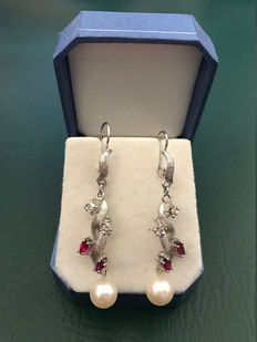 Exclusive and beautiful earrings in 585 / 14kt white gold with 4 diamonds, 4 rubies and 2 pearls, approx. 4.5 cm in length