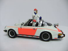 Neo Scale Models - Scale 1/43 -  Porsche 911 Targa Rijkspolitie 1976, with driver and traffic controller.
