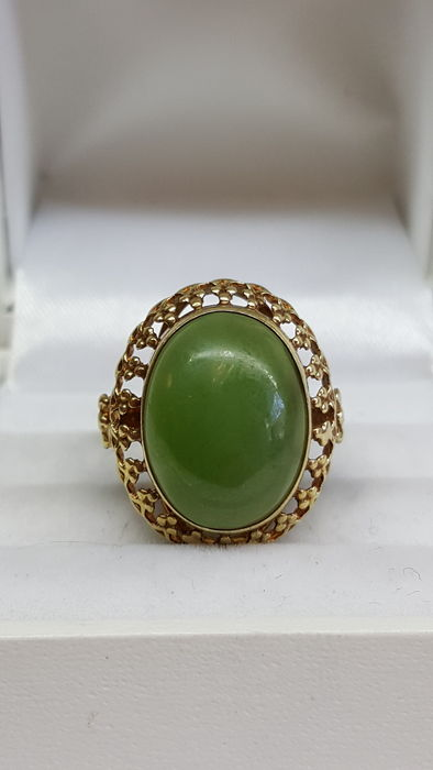 14 kt vintage yellow gold women's ring set with Nephrite Jade, mid 20th century