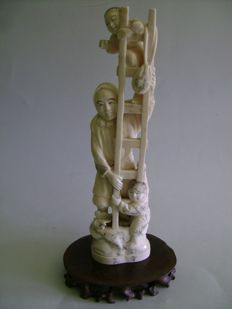 Ivory Okimono. The lumberjack, the ladder and two children - Japan - Circa 1900 (End of Meiji period).