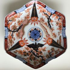 Large six-sided hand painted and signed Imari saucer - Japan - 1st half 19th century.