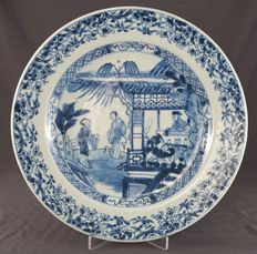 Plate decorated with distinguished figures – China – circa 1725, Yongzheng period (1722-1735)