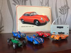 Carrera-Slot Car - Scale 1/32 - Lot with 5 slot cars with & Exclusive sign 'Porsche 356 B' 1960's - 39 x 29 x 2 cm