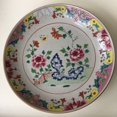 Large famille rose hand-painted dish with flowers – China – 18th century