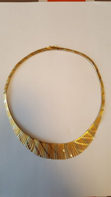 Three-gold 18 kt gold Cleopatra style necklace