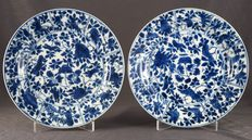 Plates with floral decorations, marked with insect – China – circa 1700, Kangxi period (1662-1722)