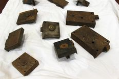 Lot of 17 French locks from the 19th century, 16 keys and 6 French decorations from various periods