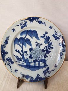 De Porceleyne Claauw - A Delft Blue earthenware dish with Chinoiserie decoration