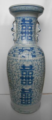 Large and nicely decorated baluster vase with a décor of lotus flowers and auspicious symbols - China - Late 19th century