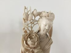 Woman with flower in ivory – China – 1900