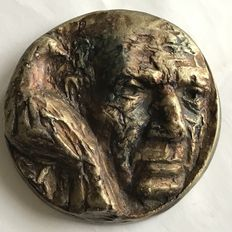 "Andre Bartels (1936) by ""Koninklijke Begeer"" - specially coloured in, cast medal in bronze: Picasso."